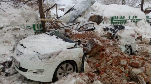 Из-за наледи на крыше пострадал автомобиль судьи Всячина