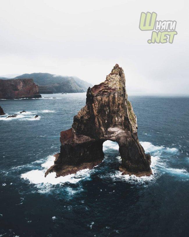 По скалистым берегам скалы, море