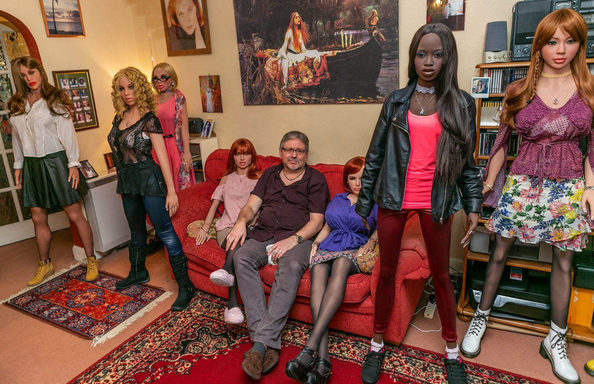 Британский пенсионер разочаровался в женщинах и живет с 12 куклами МиР