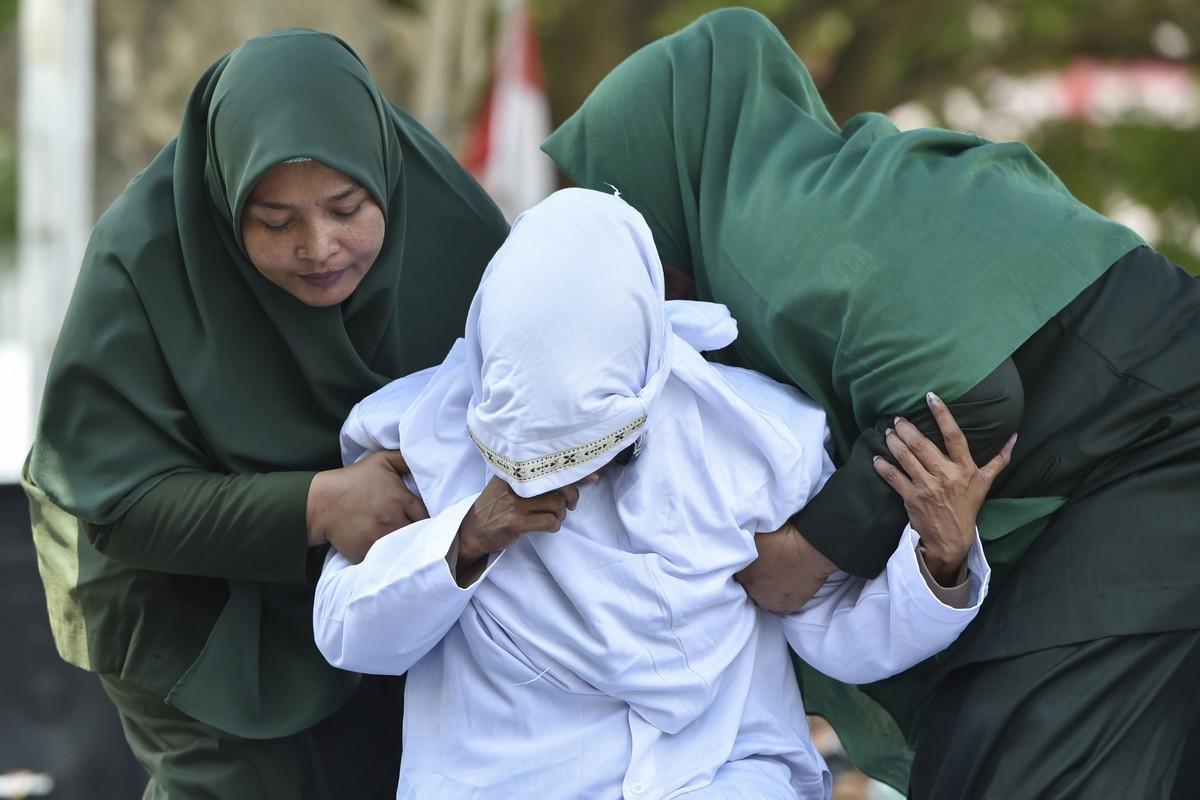 Шесть неженатых пар прилюдно отлупили палками в Индонезии МиР
