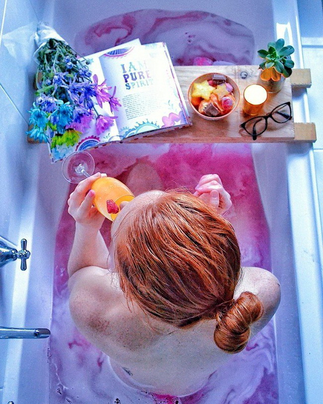 Девушка в ванной Девушки