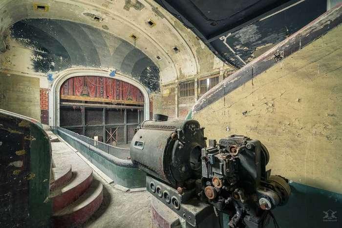 Фотограф запечатлевает красоту заброшенных зданий Интересное