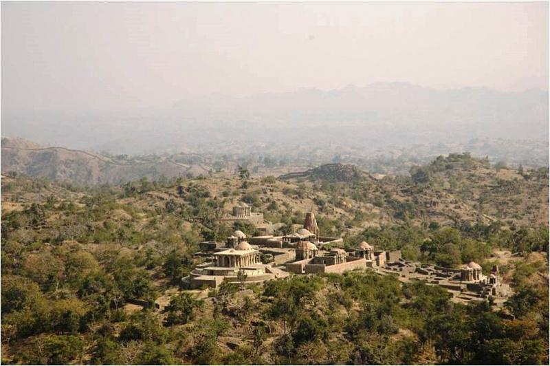 Великая индийская стена форта Кумбхалгарх в штате Раджастхан авиатур