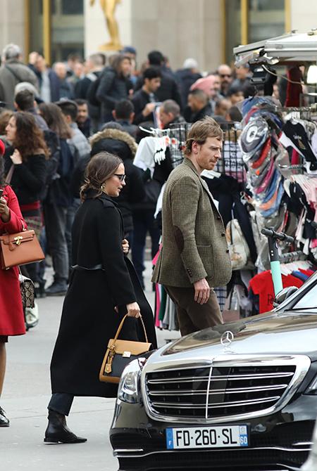 Париж для двоих: Алисия Викандер и Майкл Фассбендер на прогулке во Франции Звезды / Звездные пары