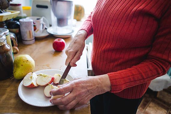 «Баба, от тебя плохо пахнет», или Жестокость к старикам жизнь
