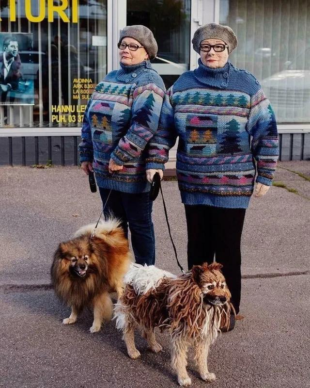 Женщина связала себя и свою собаку крючком супер