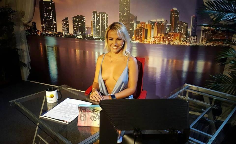 Американская телеведущая смутила зрителей прозрачным платьем Культура
