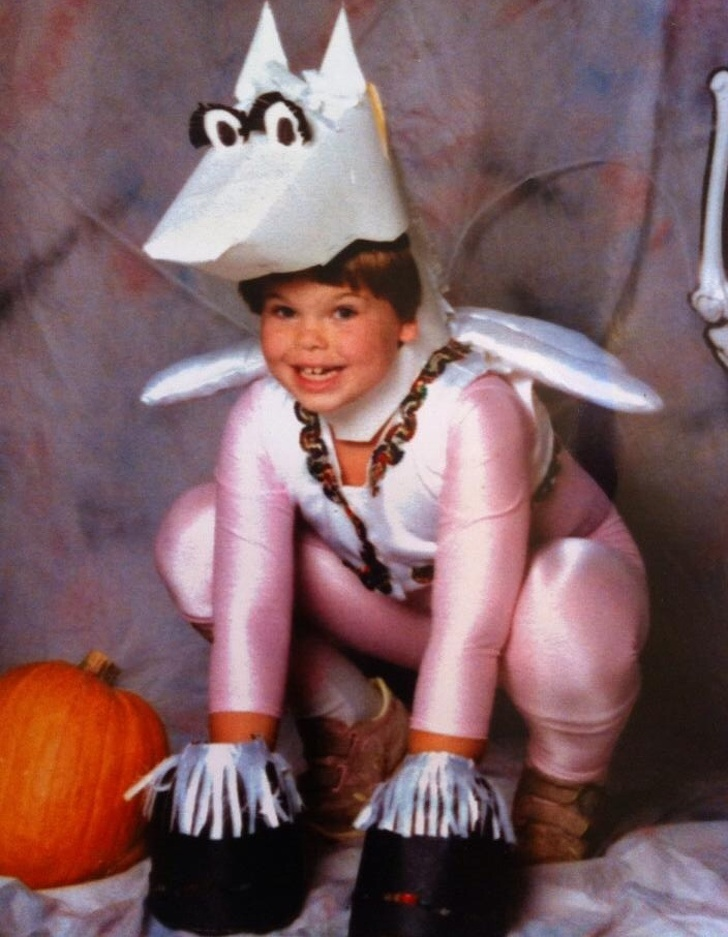 Пользователи сети показали сумасшедшие костюмы, в которые их наряжали в детстве воспитание