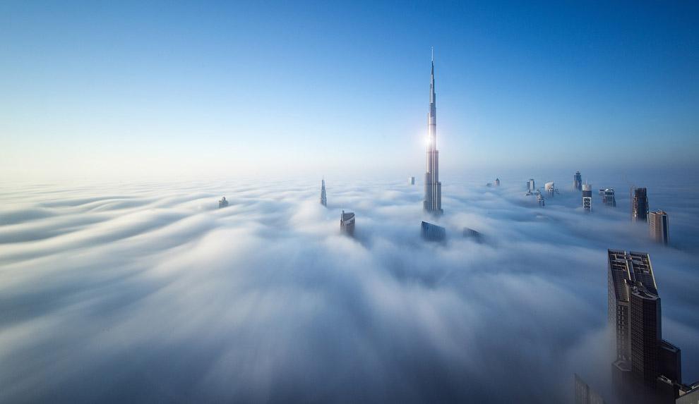 Самый высокий небоскреб в мире, плывущий в облаках архитектура