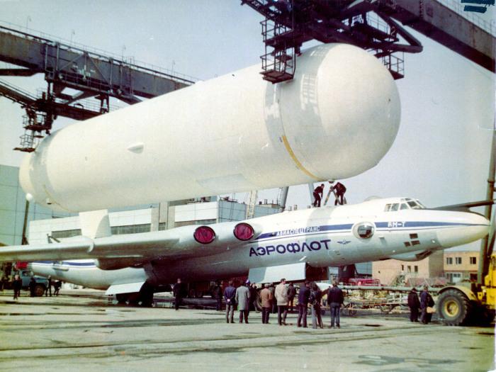 Как в СССР из бомбардировщика сделали транспортный самолет и для чего у него на «спине» закрепили огромный бак