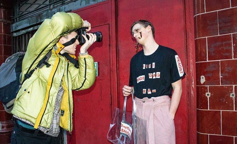 Двух британских пранкеров в аксессуарах из мусора приняли за моделей и пропустили на модный показ